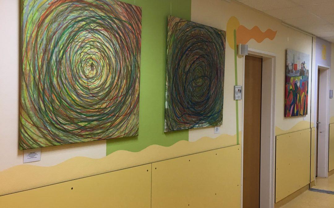 Bilder der Grundschüler in der Klinik Aschaffenburg ausgestellt